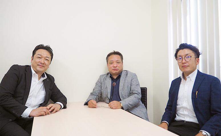 目次社長(中央)大西本部長(右)と「家族信託の相談窓口」森久純